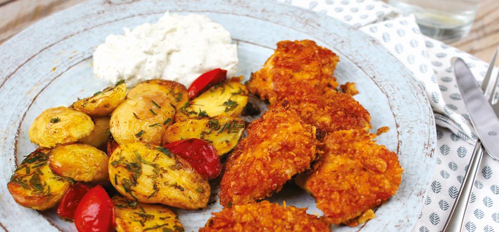 Hausgemachte Chicken-Nuggets mit Ofenkartoffeln & Kräuter-Dip