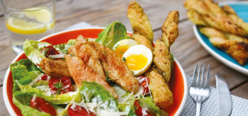 Leckerer Sommersalat mit Hähnchenbrust und Blätterteigstangen