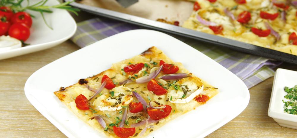 Leckerer Flammkuchen mit Tomaten und Ziegenkäse