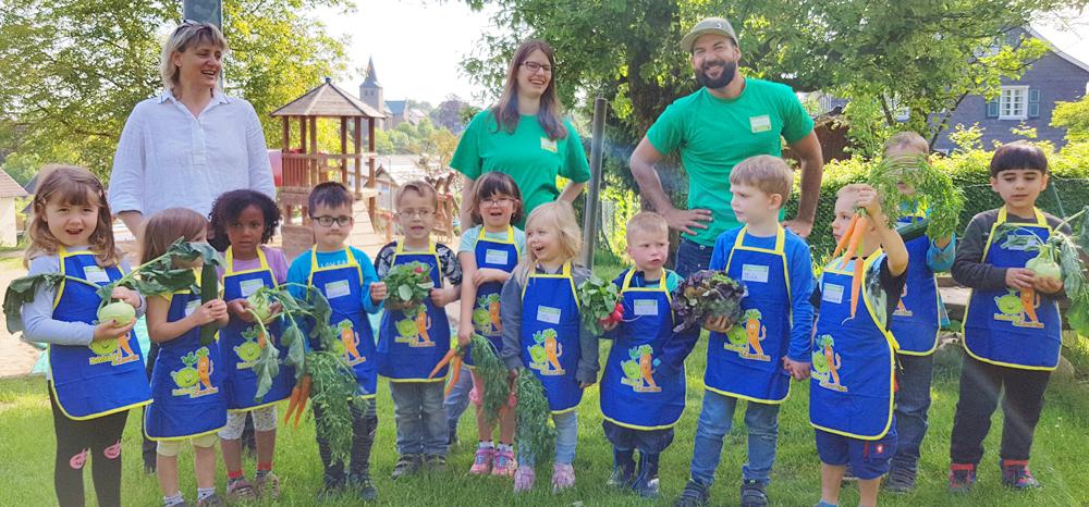 Kinder aus Neunkirchen-Seelscheid bepflanzen Gemüsebeete